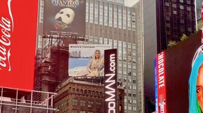 迈阿密2.0通过这个厚脸皮的新曼哈顿时代广场广告牌再次盛行