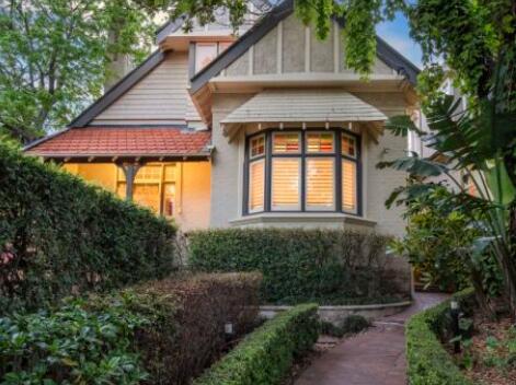 悉尼住房被高估因为澳大利亚购房者承担的债务与收入相比更多